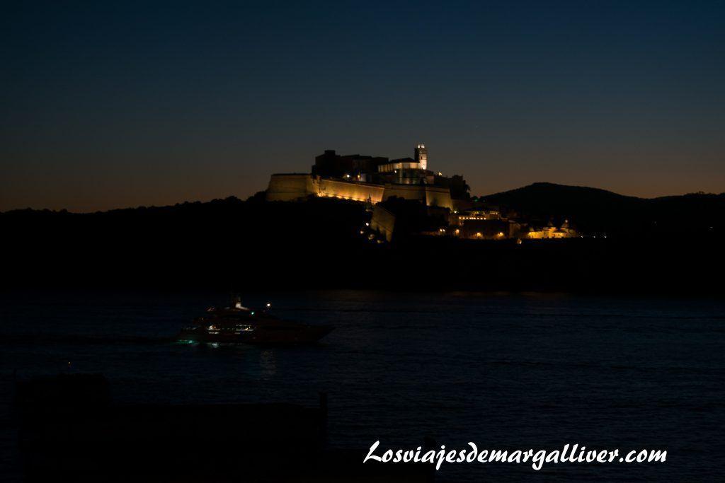 Vistas de Ibiza de noche desde el Bahama Mama de Baleària - Los viajes de Margalliver